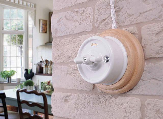 Двухклавишный выключатель на стене